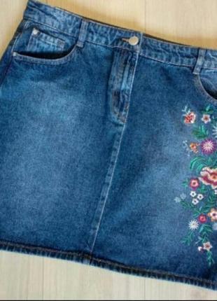 Трендовая джинсовая юбка трапеция с вышивкой