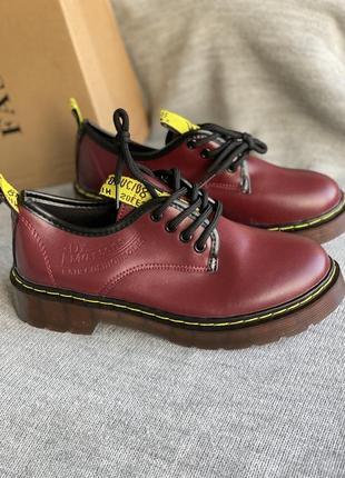 Новые стильные вишневые туфли
