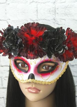 Карнавальная маска с красно-черным венком день мертвых
