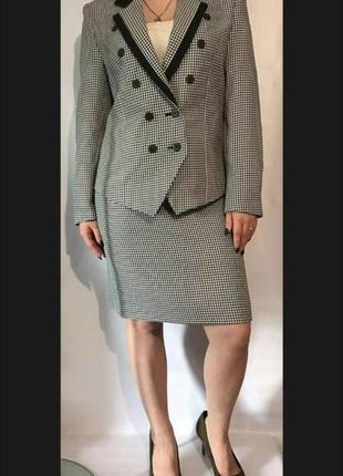 Актуальный стильный костюм с юбкой