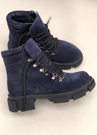 Синие замшевые ботинки на шнурках. женские ботинки на толстой подошве