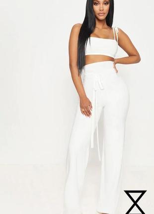 Белые брюки палаццо prettylittlething