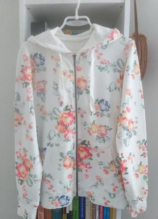 Спортивная куртка в цветочный принт.