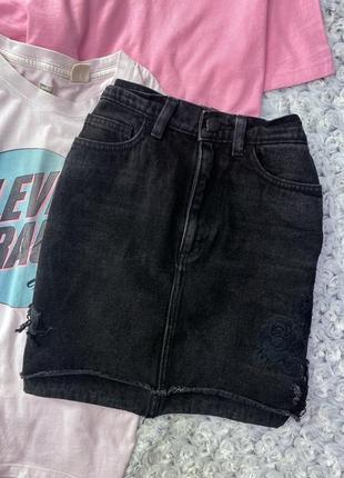 Джинсовая юбка с необработанным краем, потертостями и вышивкой monki
