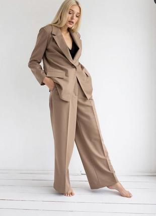 Бежевый костюм с брюками палаццо