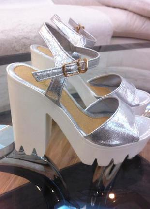 Супер стильные серебристые босоножки на тракторной подошве и высоком каблуке