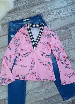 Нежная блуза в цветочный принт с глубоким v-образным вырезом guess