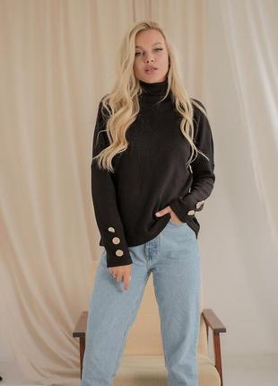Чёрный свитер с пуговицами на рукавах