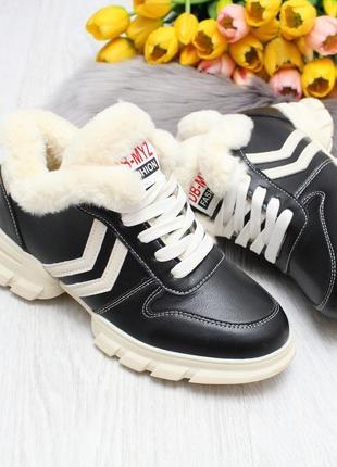 Зимние женские черные кроссовки с опушкой на шнуровке