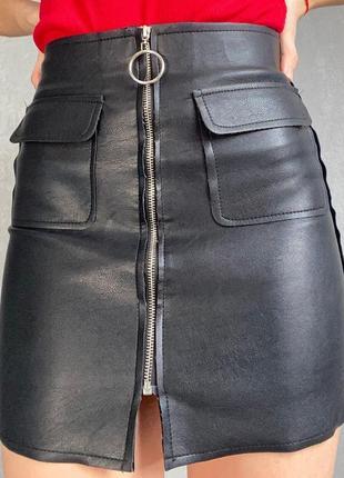 Черная юбка с кожзама