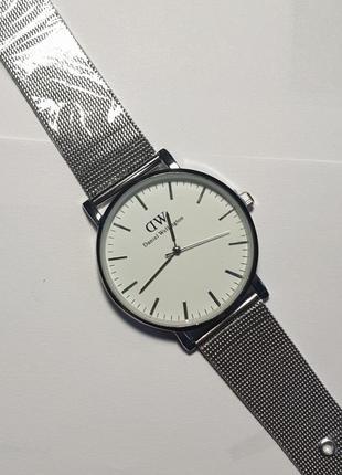 Стильний годинник із сріблястим годинником