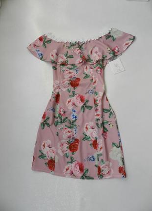 Нежное платье с воланом и кружевом в цветах