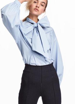 Шикарная небесно-голубая блуза с огромным бантом на шее