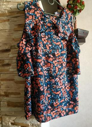 Краствая блуза с открытыми плечами в цветочный принт