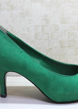 Зеленые  замшевые  туфли со скрытой  танкеткой.