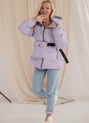 Зимний пуховик с капюшоном и сумкой лиловый