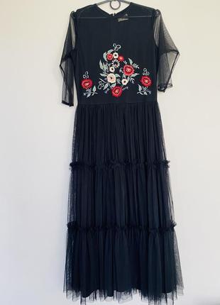 Черное платье с вышивкой и пышной юбкой .