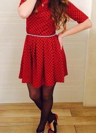 Яркое красное платье в горох