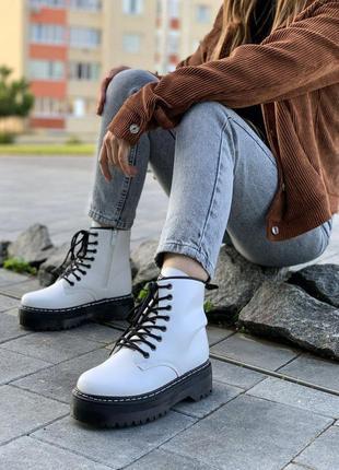 Ботинки белые не массивной платформе