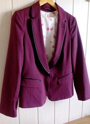 Стильный пиджак цвета бордо от atmosphere