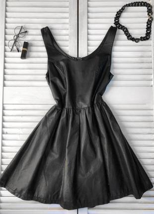 Очень стильное кожаное платье сзади молния