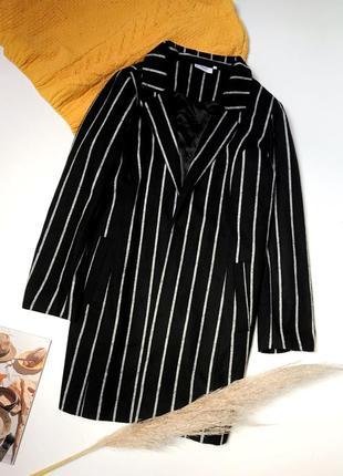 Очень стильное осенние чёрное пальто в полоску с карманами миди