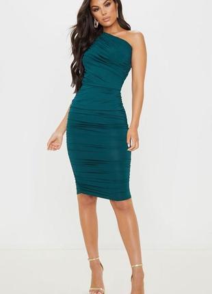 Елегантна смарагдова сукня міді на одне плече