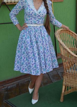 Нарядное платье в ретро стиле с кружевным воротником и расклешенной юбкой от лоры эшли