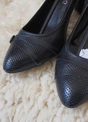 Кожаные туфли лодочки с перфорацией, 25,5 см средний устойчивый каблук, туфлі човники