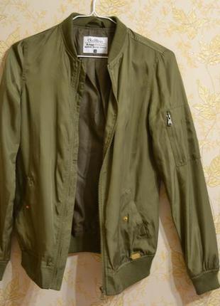 Хаки куртка бомбер