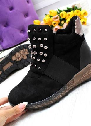 Мега стильные молодежные зимние черные ботинки сникерсы с декором