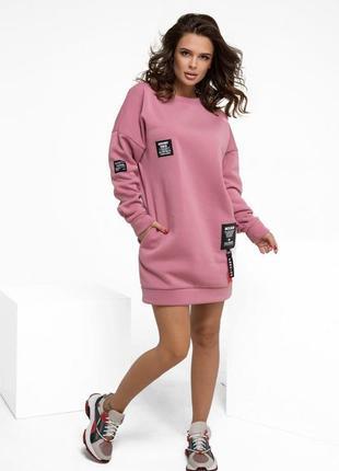 Розовое утепленное флисом трикотажное платье с нашивками