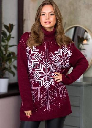 Теплый марсаловый свитер с белыми снежинками