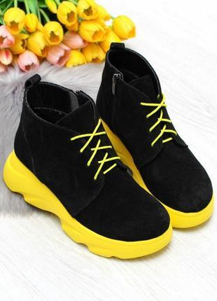 Яркие черные демисезонные женские ботинки с желтым декором натуральная замша  код 7474