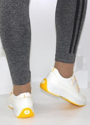 Белые кроссовки на липучках.  кроссовки на липучках
