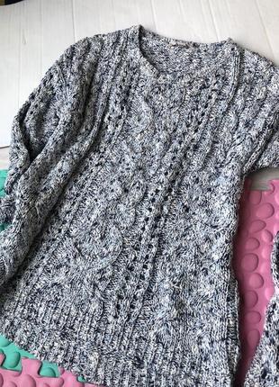 Нежный голубой свитер крупной вязки