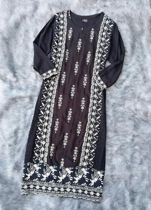 Платье прямого кроя с вышивкой