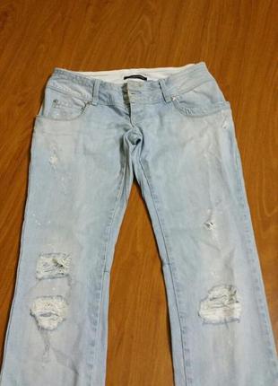 Светлые джинсы укороченные