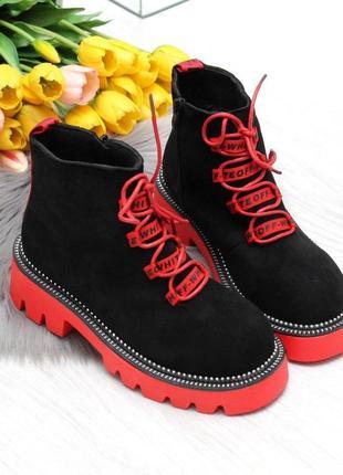 Модные зимние черные замшевые женские ботинки с ярким декором  код 7491