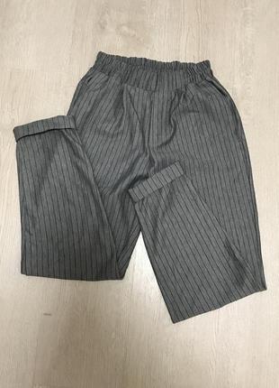 Сірі штани в полоску