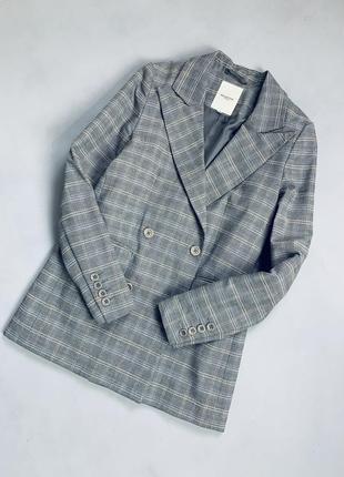 Двубортный серый пиджак в клетку