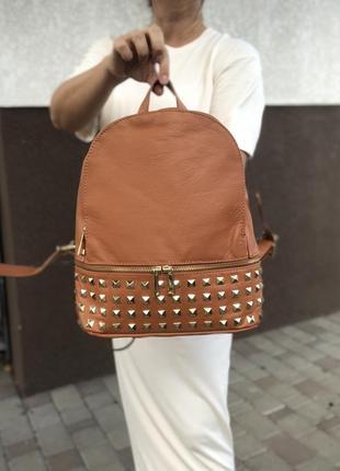 Коричневый кожаный рюкзак с заклепками италия