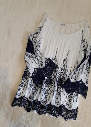 Красивая свободная белая блуза с тёмно синей вышивкой кружевом оверсайз  италия