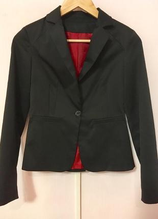 Черный приталенный пиджак, жакет с красной подкладкой