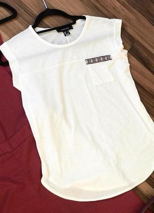Белая женская футболка с вышивкой (хс-с)
