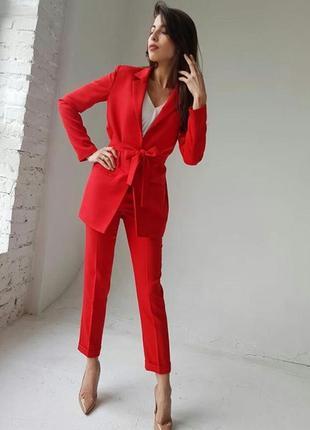 Красивый костюм  в красном цвете.