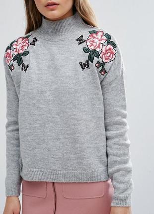 Красивый свитер гольф с цветочной вышивкой