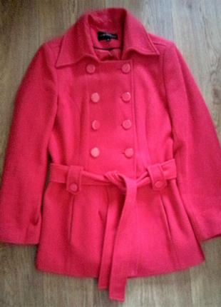 Красное пальто на поясе из шерсти