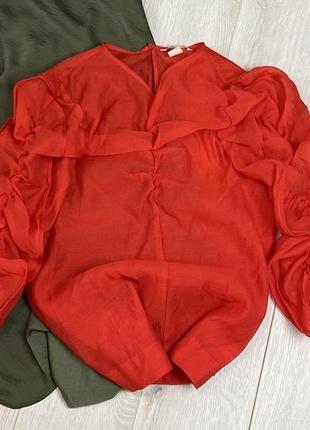 Блузка с треугольным вырезом из жоржета и объёмными рукавами