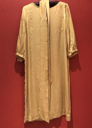 Атласное платье с широким поясом